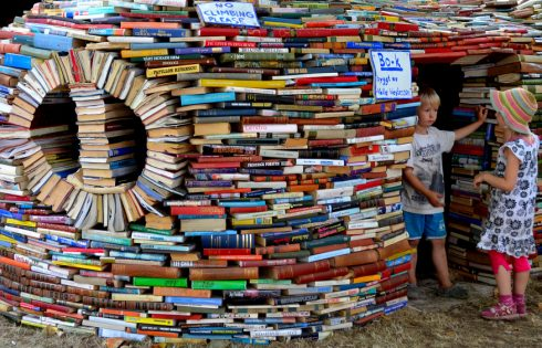 """Câu nói của M. Go-rơ-ki: """"Hãy yêu sách, nó là nguồn kiến thức, chỉ có kiến thức mới là con đường sống"""" gợi cho em suy nghĩ gì? – Bài tập làm văn số 6 lớp 8"""