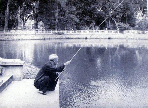 Hãy tả lại hình ảnh một cụ già đang ngồi câu cá bên hồ – Bài tập làm văn số 6 lớp 6